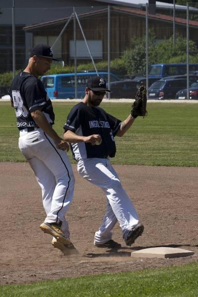 Michael Hübner (links) und David Tietmann machen das Aus am ersten Base. (Foto: Beckmann)