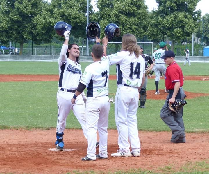 Foto: Dawson Yates (rechts) bejubelt seinen Homerun zum 3:0 mit Javier Sosa (7) und Jake Carson (14) (Foto: Rucker)
