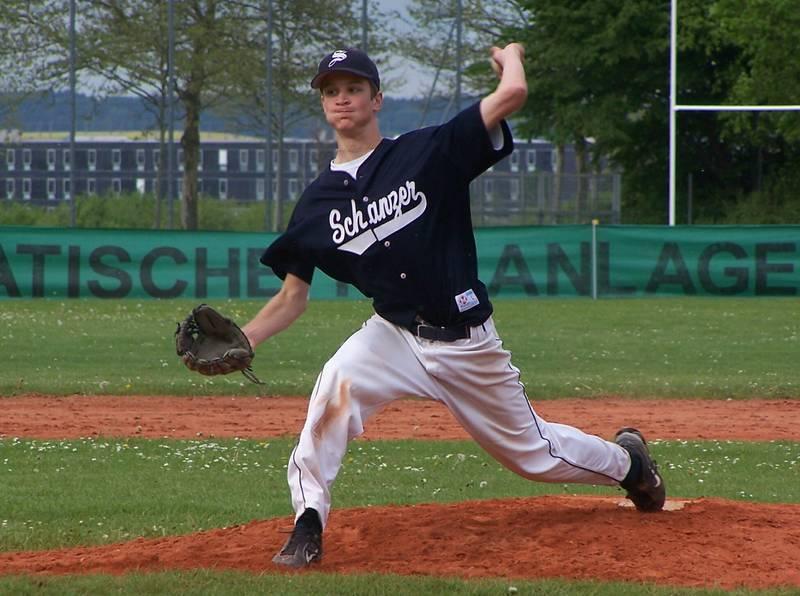 Michael Wöhrl (16) dominierte als Werfer die Baldhamer Offensive und bereitete den TV-Baseballern den Sieg zum 6:5. (Foto: Franz Rucker)
